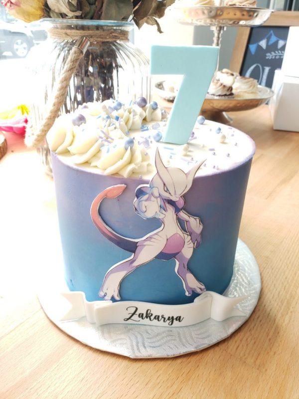 Gâteau Pokémon mewtwo x avec chiffre en pâte à sucre- Mewtwo X cake with gum paste number on top.