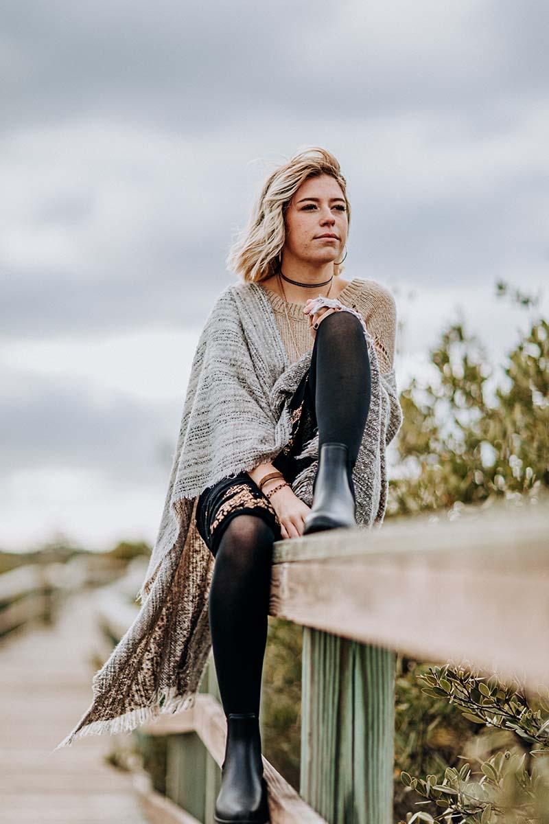 Mulher sentada numa ponte