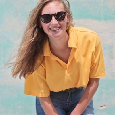 mulher de blusa amarela
