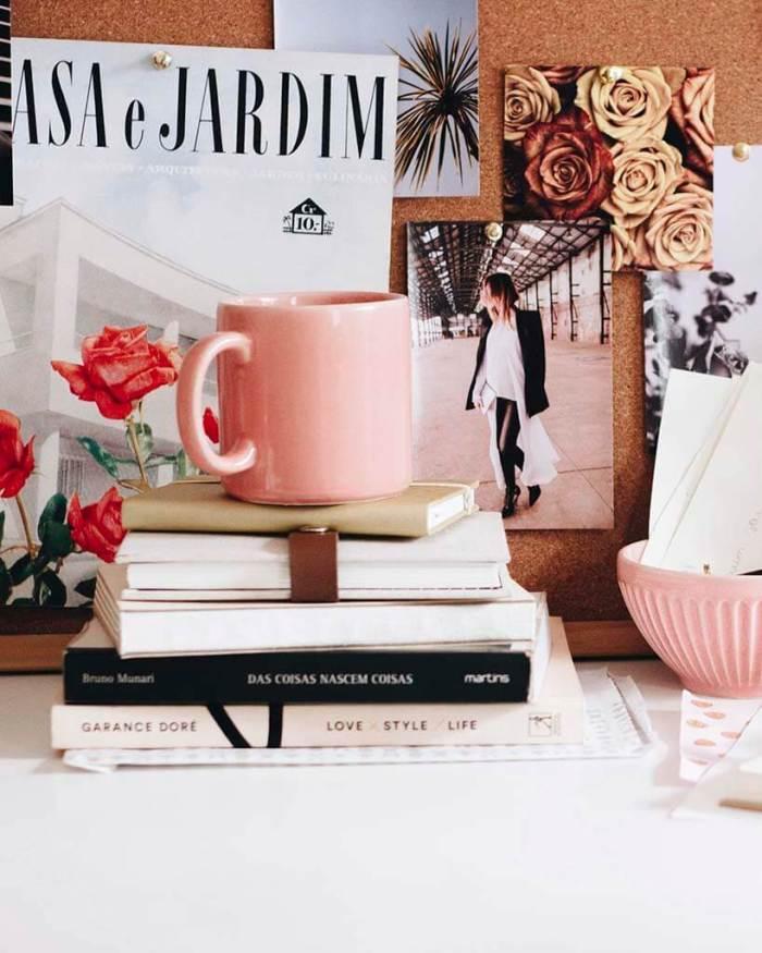 livros, caneca rosa