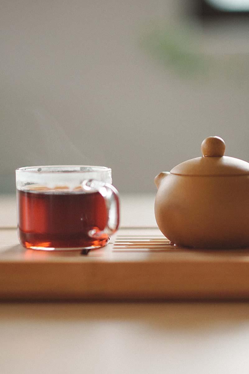xícara de chá e bule de chá