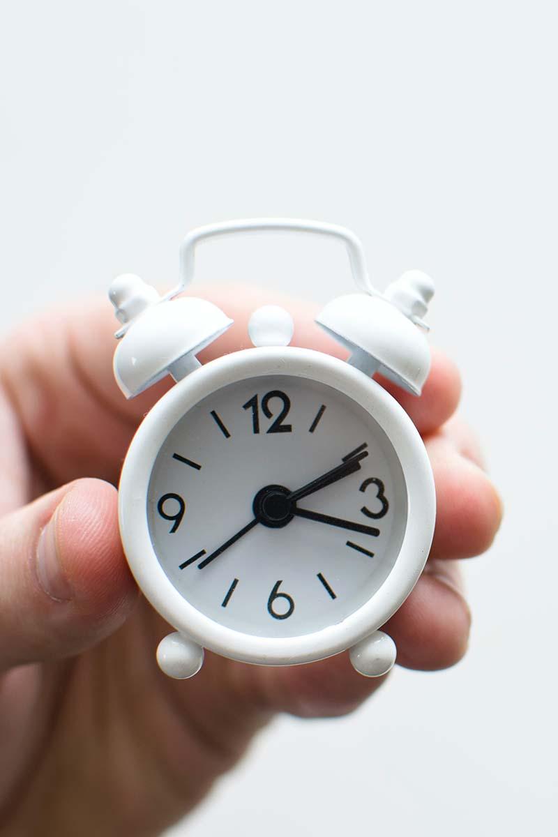 relógio branco, pequeno, tipo despertador