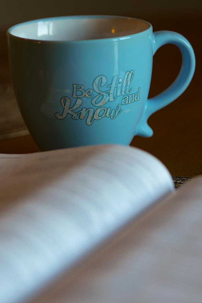 xícara de chá e uma bíblia ao lado