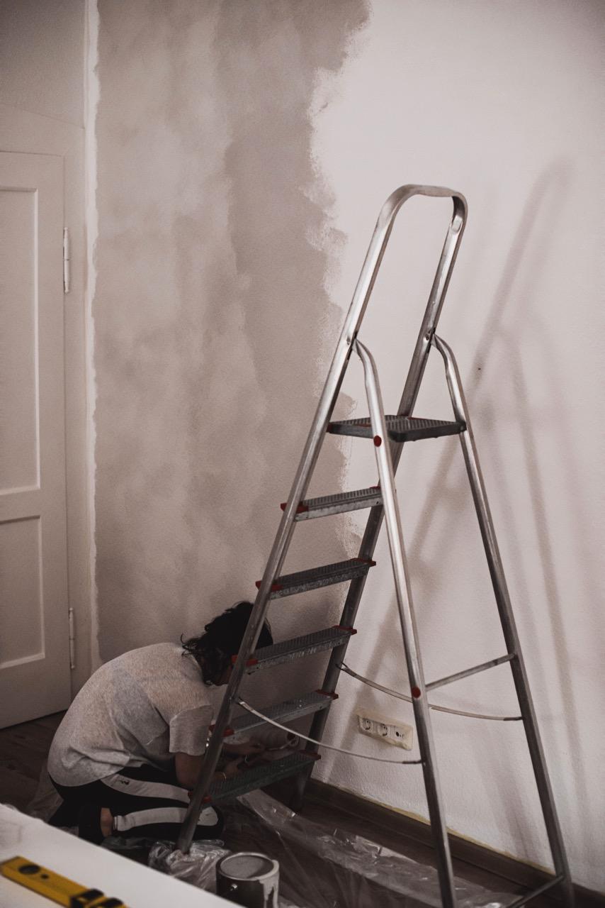 Wohnzimmerwand neu streichen