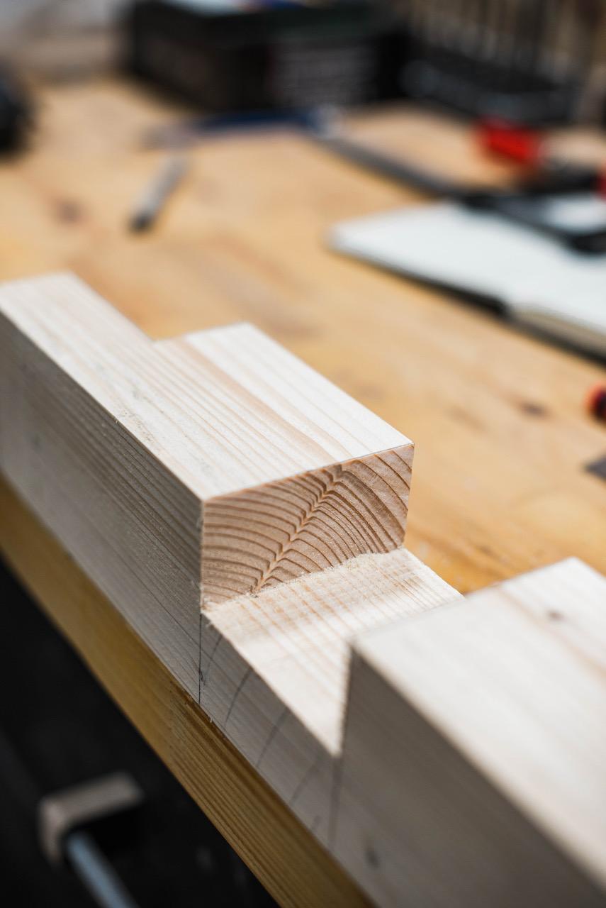 Holzbalken mit Aussparungen