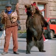 Montreur d'ours à Sofia en Bulgarie au début des années 90