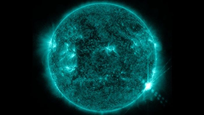 800px-The_Sun_Emits_an_M5.9_Solar_Flare_(full_view)