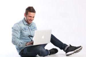 Dani m casas sentado con el macbook