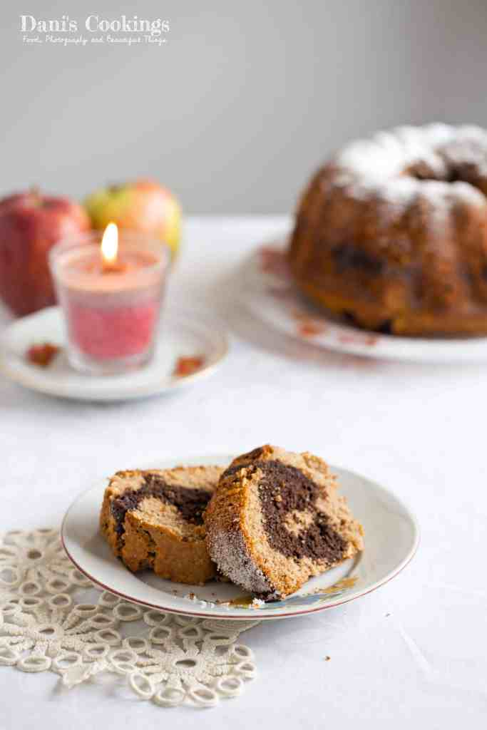 Delicious bundt cake with apples, spelt flour and chocolate. Almost healthy and very tasty! Recipe available at daniscookings.com