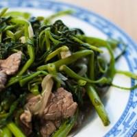 Rau muống xào thịt bò (liseron d'eau sauté au boeuf)