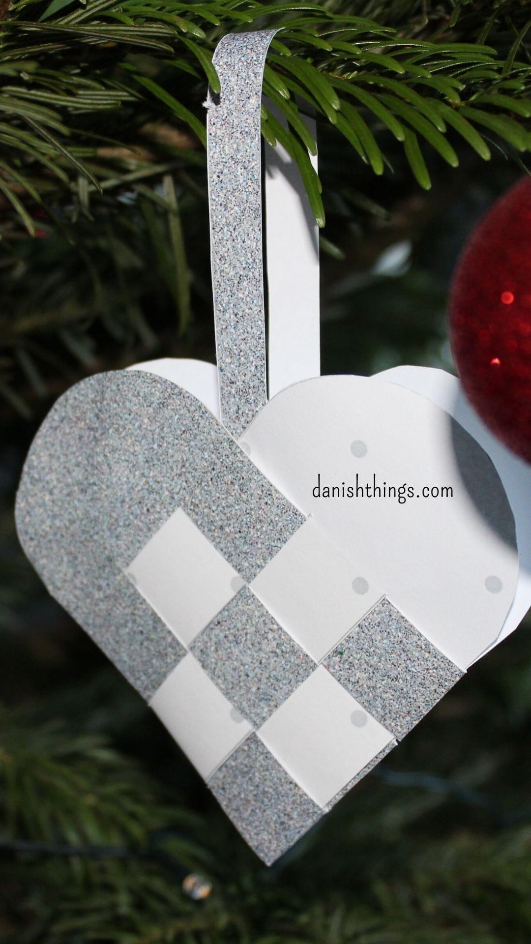 Sådan fletter du et julehjerte. Flettede julehjerter, find skabeloner og hjerter til print, vælg om du vil printe, klippe og flette et færdigt fint julehjerte, eller bruge skabelonerne og dit eget papir. Find inspiration til årets gang på danishthings.com #DanishThings #julehjerte #fletttet #hjerte #skabelon #hjemmelavet