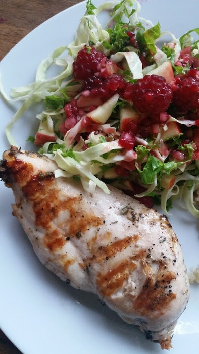 Grillet kylling med kålsalat af spidskål, grønkål, æble og hindbær med hjemmelavet hindbærdressing @danishthings.com (Recipe in Danish)