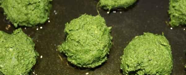 Steg falaflerne på en pande i varm olie, 4-5 spsk er rigeligt, tilsæt eventuelt mere fedtstof når du steger næste portion.