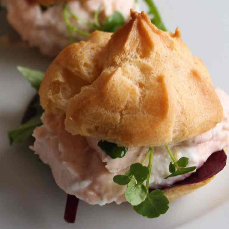 Vandbakkelser med laksemousse af røget laks er lækre som små appetitvækkere, de passer godt til en let frokost eller som en lækker forret. Find opskrifter og inspiration på danishthings.com.