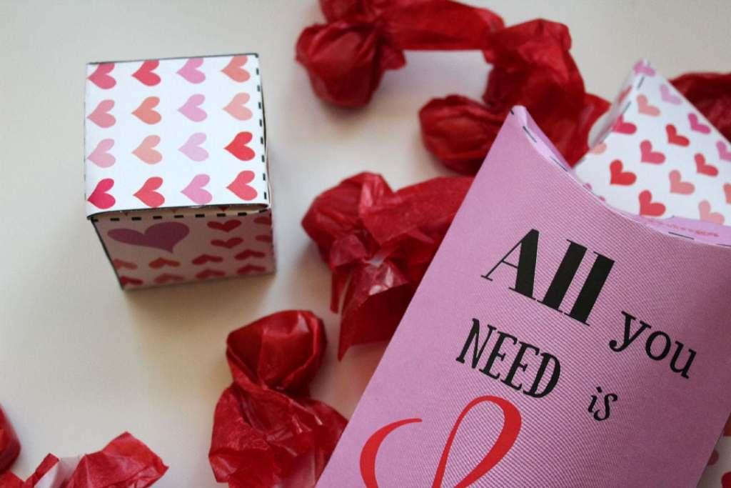 Gaveæsker til bryllup og andre lejligheder fulde af kærlighed - brug dem til bryllup, Valentine eller... Gratis print: gaveæsker, kort og plakater. Lav selv æsker til Valentine og festlige lejligheder, se hvordan og find opskrifter og mere inspiration på danishthings.com - Valentine - Love - Free giftboxes @ danishthings.com