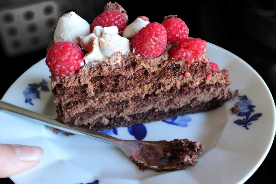 Chokoladelagkage - en lagkage med mørk chokolademousse, hindbær og hindbærmarengs. En dejlig mousselagkage til fødselsdag, som dessert eller til en god kop kaffe. Prøv denne lagkage, hvis du er til chokolade og hindbær. Find opskrifter, gratis print og inspiration til årets gang på danishthings.com #DanishThings #chokoladelagkage #chokoladelagkage-med-hindbær #mousse #marengs #hindbærmarengs #chokolademousse #hindbær #chokoladelagkagebunde #chokolade #fødselsdag