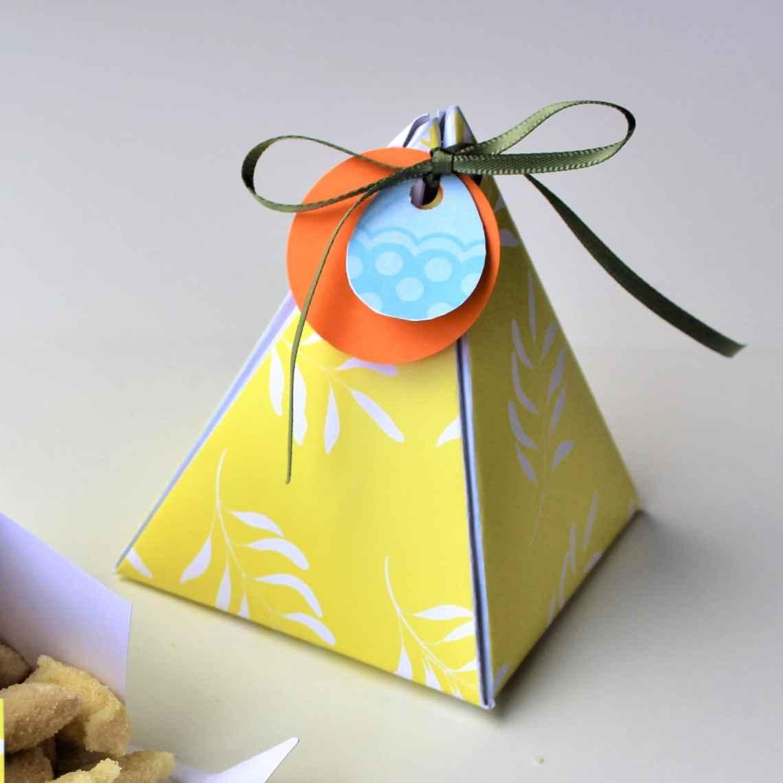 Sådan laver du en pyramideæske - Lav dine egne gaveæsker - find gratis æsker i flere farver og størrelser, kort, plakater, opskrifter og inspiration til årets gang på danishthings.com #DanishThings #gaveæske #pyramideæske #gave #gratis