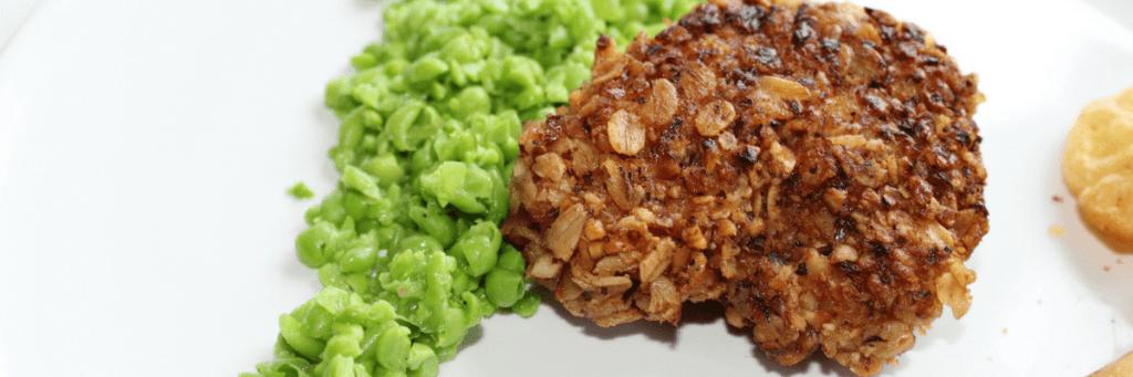 Fish & chips – lav lange, torsk eller anden hvid fisk med sprød nøddecrumble, sprøde pommes frites eller ovnkartofter og grov ærtepuré – find opskrifter og inspiration på danishthings.com
