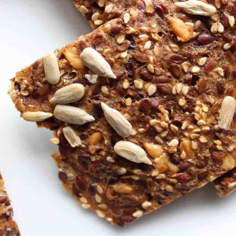 Lav lækre sunde rugbrødschips - Stop madspild, brug dit tørre rugbrød i skiver til at lave lækre snacks og tilbehør til dine retter - rugbrødschips af øllebrød - find opskrifter og inspiration på danishthings.com #DanishThings #rugbrødschips #hjemmelavede #opskrift #snacks #knækbrød