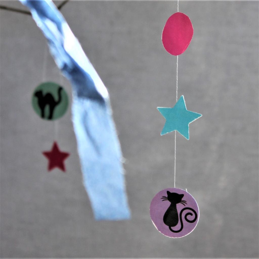 Fastelavnsguirlander - guirlander til fastelavn. Brug fastelavnsguirlander som dekoration på fastelavnsriset, i vinduet, på væggen eller som uro. Lav selv guirlander til fastelavn og festlige lejligheder, se hvordan og find mere inspiration på danishthings.com.