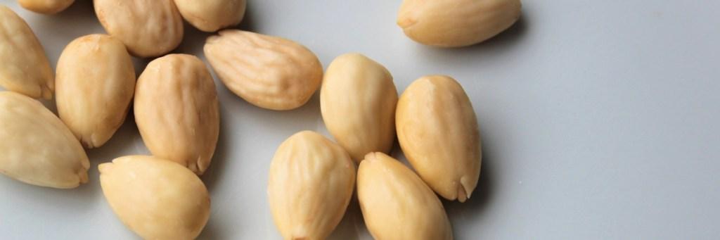 Sådan laver du selv de lækre farvede mandler. Spis dem til påske, jul… eller når du er lækkersulten. Find opskrifter og inspiration på danishthings.com (Recipe in danish)