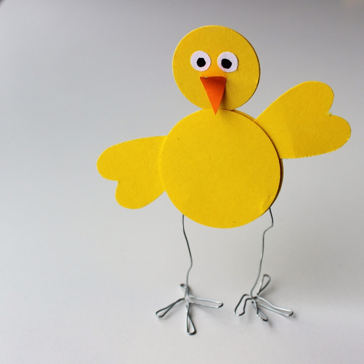 Easy Easter decorations. Super easy Easter chicks that you can make with kids. Make Easter decorations with your children. Find it @ danishthings.com #easter #easterchicks #eastechickens #eastercrafts #paper #paperchickens