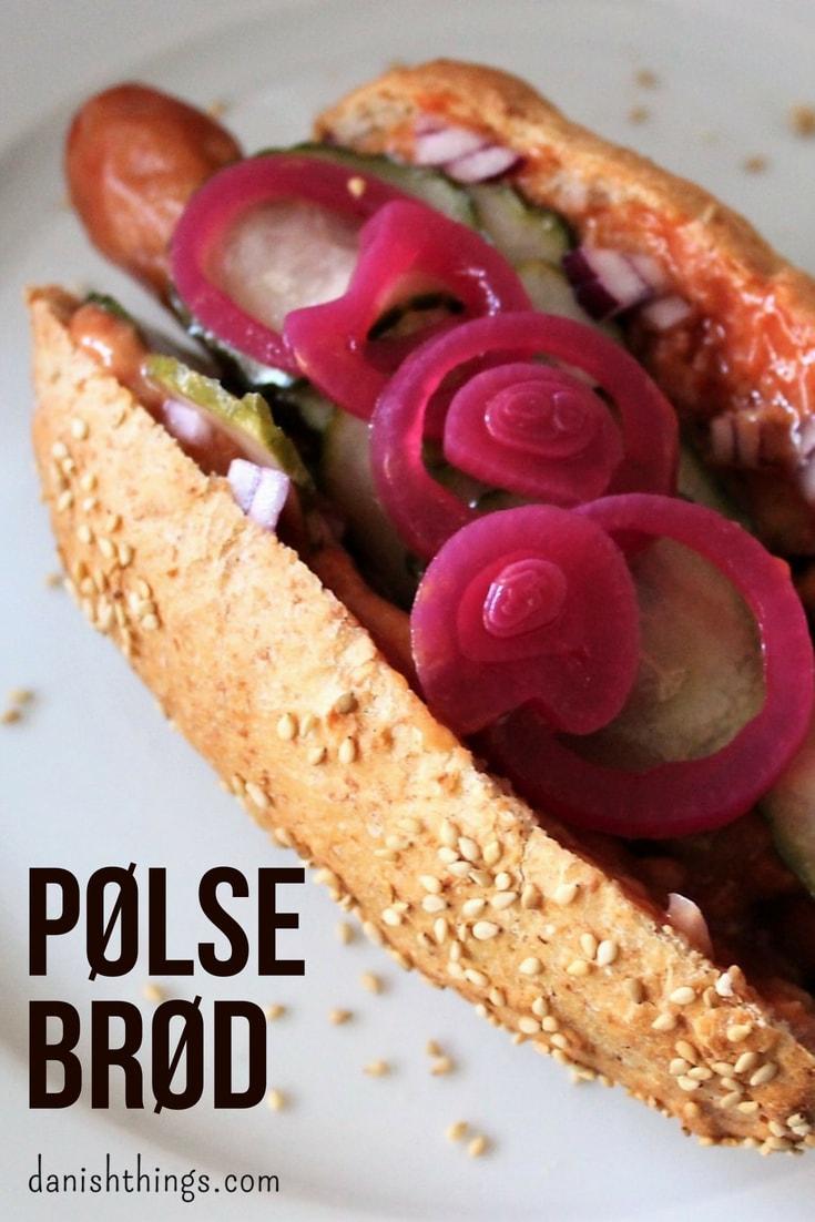 Lækre pølsebrød til hjemmelavede Hot dogs. Grovere mættende pølsebrød med almindelig eller hurtigere dej. Få opskrifter på hjemmebagte pølsebrød, hjemmelavet agurkesalat og meget mere. Find mere inspiration og opskrifter til årets gang på danishthings.com