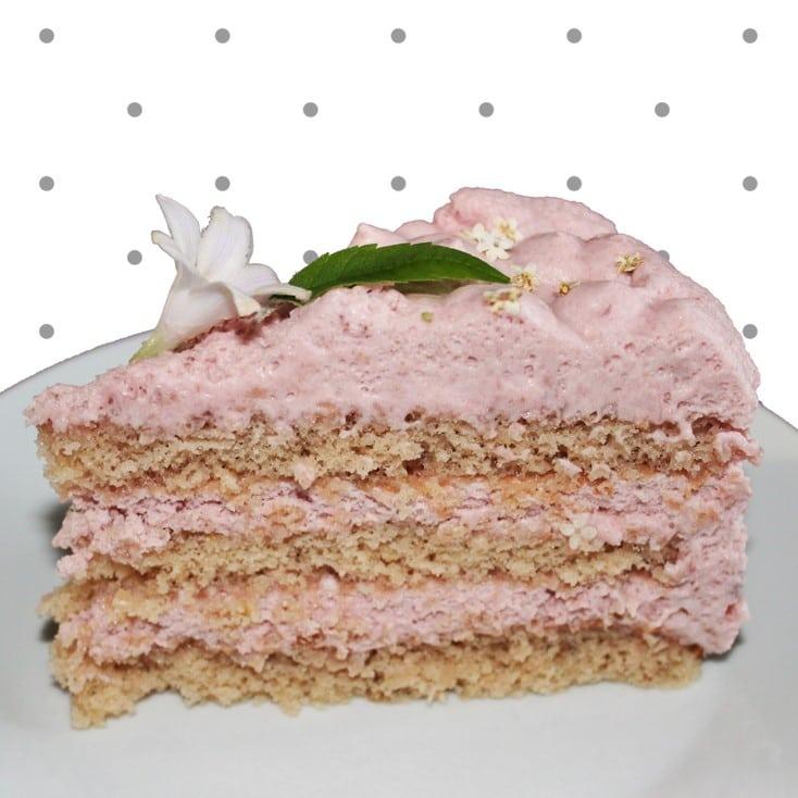 Jordbærlagkage. En let, luftig og lækker lagkage med jordbærmousse og lyse lagkagebunde, lav dem med rosensukker, hyldeblomstsukker eller almindeligt sukker. - Find opskrifter, gratis print og inspiration til årets gang på danishthings.com #DanishThings #jordbærmousse #blomster #jordbærlagkage #dekoration #kagedekoration #lagkagebunde