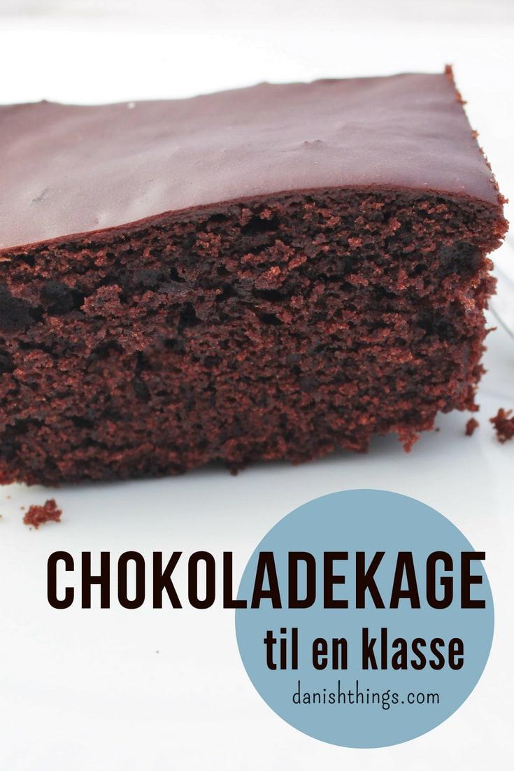 Chokoladekage til klassen, lejrskolen eller kagedag på arbejdet. Her får du en opskrift på 3 bradepander chokoladekage, nok til 30 personer. Find opskrifter, gratis print og inspiration til årets gang på danishthings.com