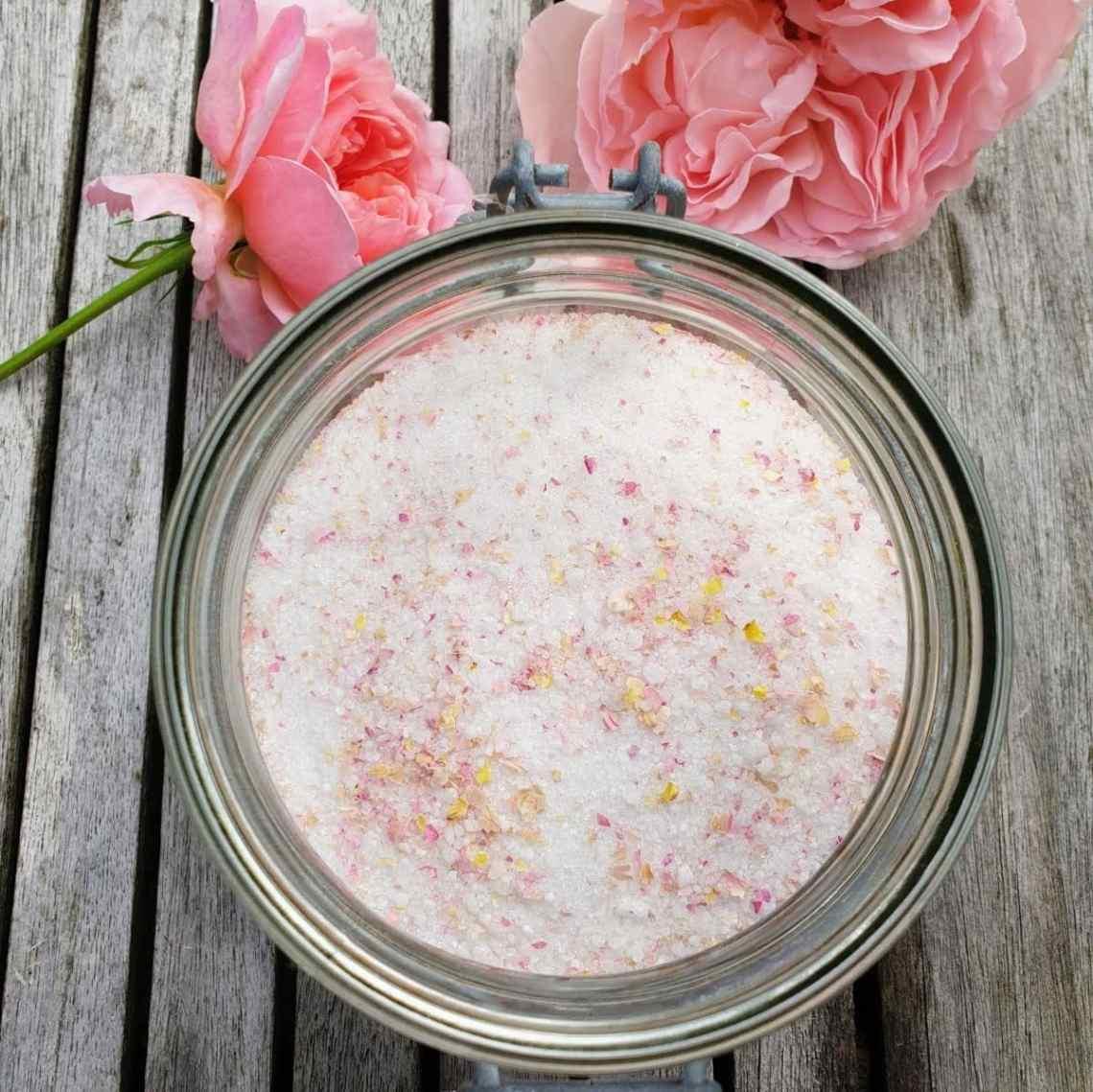 Lav et lækkert velsmagende rosensukker. Rosensukkeret er en koncentreret bombe af velsmag, perfekt til pandekager, marengs, flødeboller, til saftevand/sodavand, i drinks, te, iste, desserter, is og i (lag)kager. Find opskrifter, gratis print og inspiration til årets gang på danishthings.com