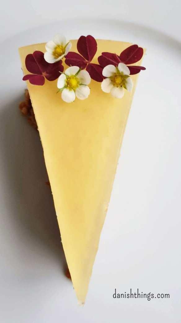 Cheesecake med citron - en lækker cheesecake med myslibund og æblegelé. Perfekt til kaffen eller som dessert. Find opskrifter og inspiration til årets gang på danishthings.com.