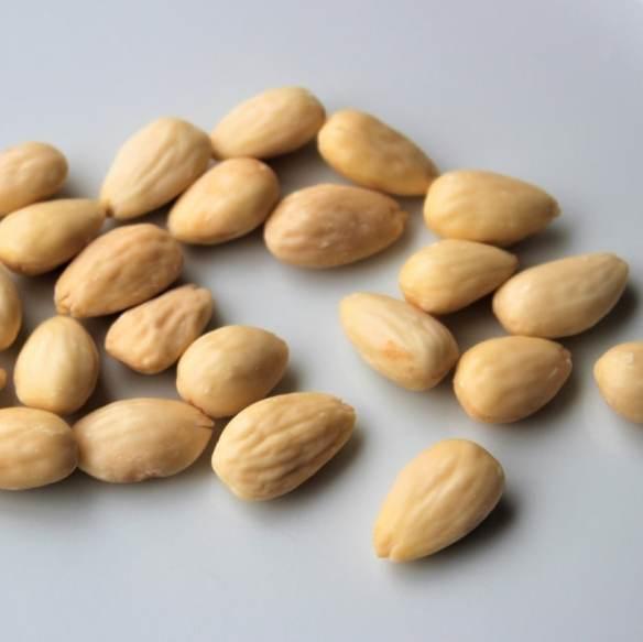 Smuttede mandler - blanched almonds find the recipe in English eller på dansk @ danishthings.com
