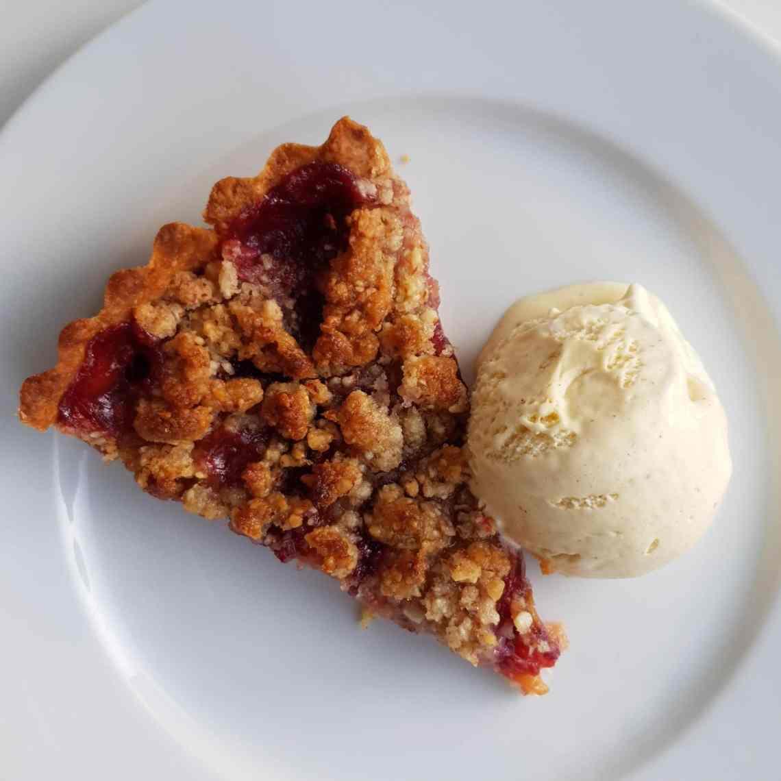 En dansk sensommerdessert - blommetærte med vaniljeis. Find opskrifter, gratis download, print og inspiration til årets gang på danishthings.com