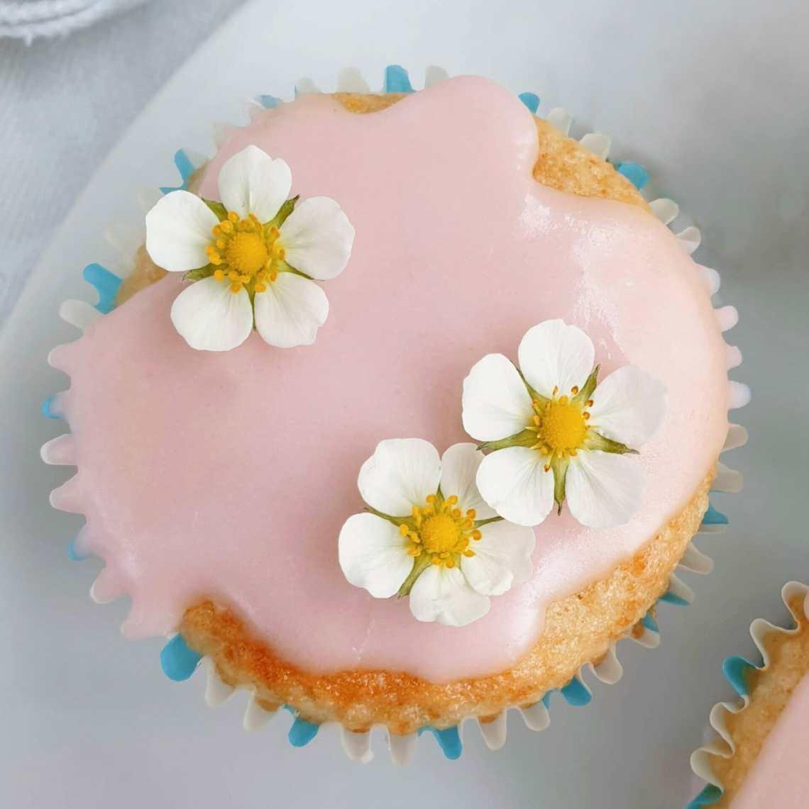 Rabarbermuffins med bagte rabarber og rabarberglasur. Find opskrifter, gratis print og inspiration til årets gang på danishthings.com #DanishThings #rabarber #bagte-rabarber #bagte #muffin #muffins #rabarbermuffins #rabarberglasur #kage