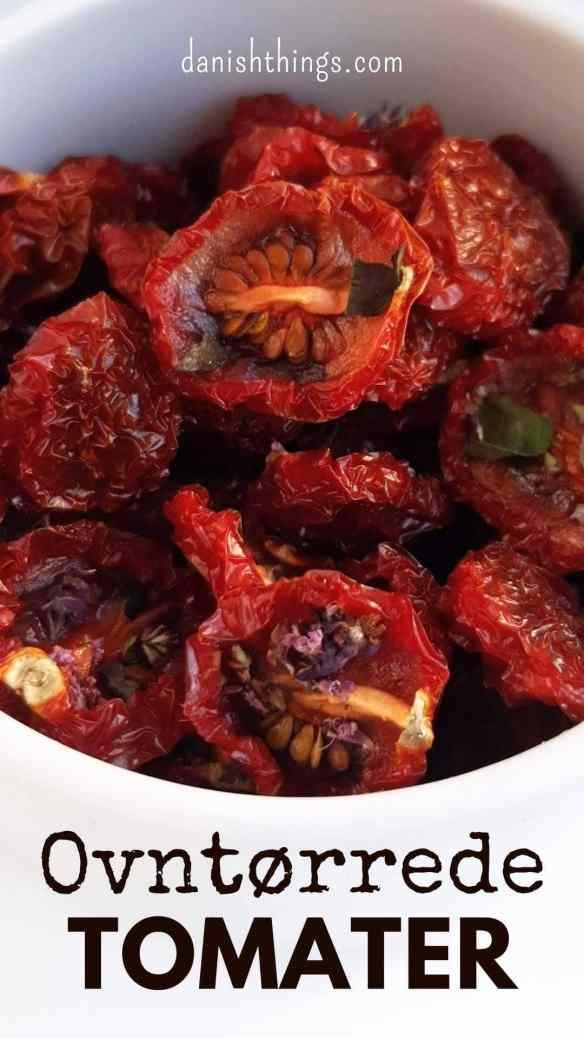 Semitørrede eller dehydrerede tomater - tørret i ovn eller dehydrator. Lav semidried cherrytomater, eller nogle af de andre lækre tomater, spis dem som lækker snack lige nu. Lav ovntørrede eller dehydrerede tomater, og brug dem i dine opskrifter.  Find opskrifter, gratis print og inspiration til årets gang på danishthings.com #DanishThings #tomater #cherrytomater #tørrede #ovntørrede #dehydrerede #semidried #soltørrede #semitørrede