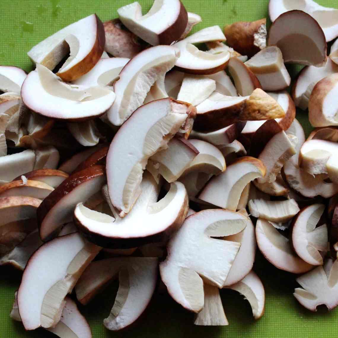 Efterår er svampetid – lav retter med svampe, sylt eller tør dine svampe og gem dem til senere. Find opskrifter og inspiration til årets gang på danishthings.com #DanishThings #svampe #karl-johan #spisesvampe #svampe-a-la-creme #svampe-toast #svampetoast #svampesauce #svampepulver #tørrede-svampe #svampetærte #efterår #lækkert #umami
