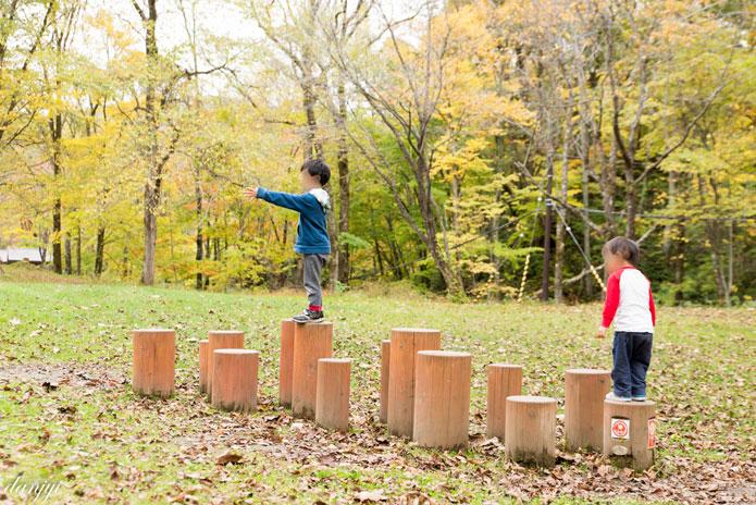 日高沙流川キャンプ場のアスレチック遊具で遊ぶ子供
