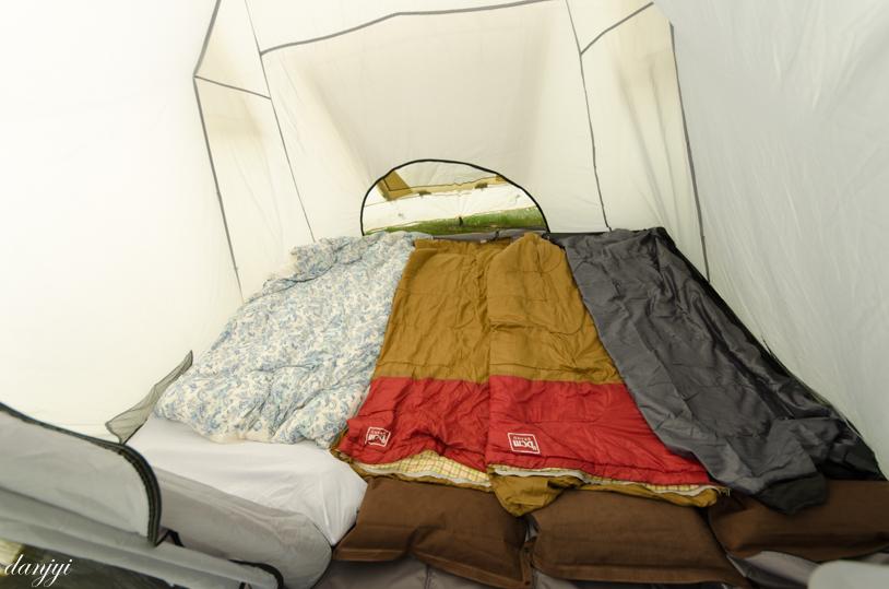 安平の鹿公園キャンプ場のテント内の寝具