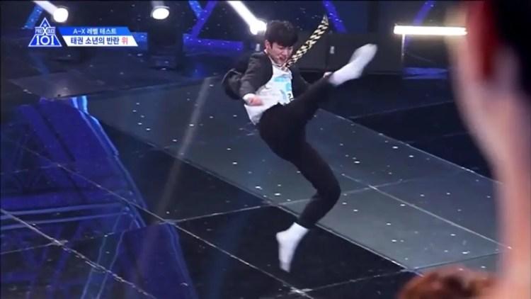 番組内でテコンドーの技を披露するキム・ヨハン練習生