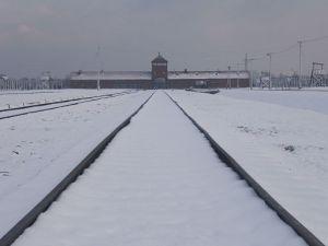 512px-Auschwitz_II_snow