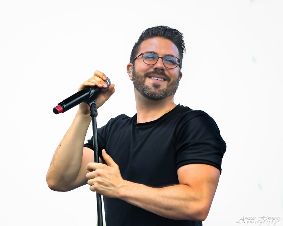 Close up of Danny Gokey singing at Atlanta Fest