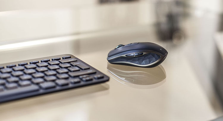 Logitech MX Anywhere 2 pe sticla