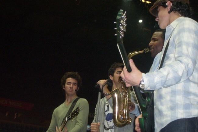Deze foto heb ik gemaakt tijdens de soundcheck. Ik was er zo blij mee en trots op! Ik dacht ook te zien dat Kevin (meest links) me aankeek op het moment dat ik een foto maakte! Het feit dat hij niet naar me lachte maakte helemaal niet uit natuurlijk :-)