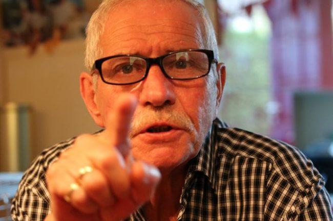"""Mijn opa probeerde te begrijpen hoe mijn nieuwe camera precies werkte. Volgens mij wees hij hier iets aan van """"oh, dus daar zit de lens en daar zit dan de flitser?"""""""
