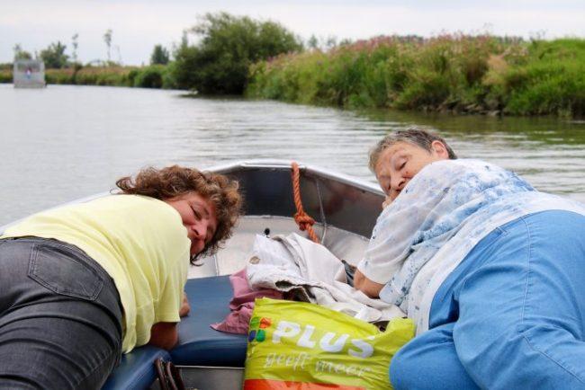 """Mijn moeder en oma lagen op de bank te """"chillen"""""""
