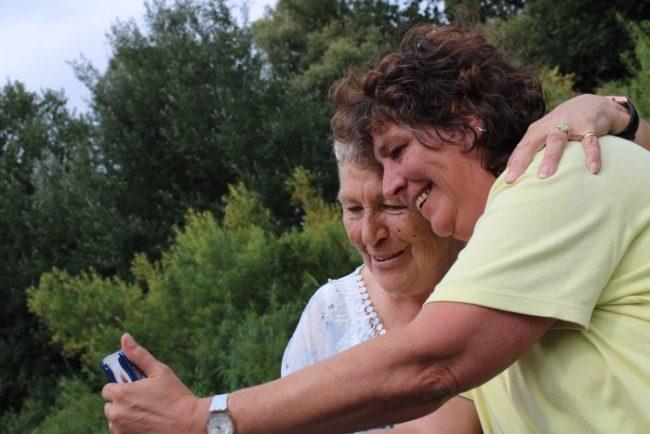 Oma's eerste selfie. Of usie, of zo.