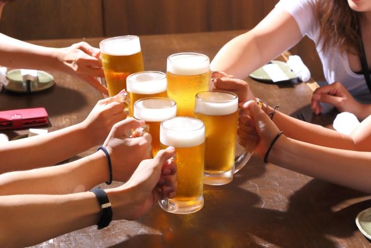 ビールで乾杯 飲み会、合コン