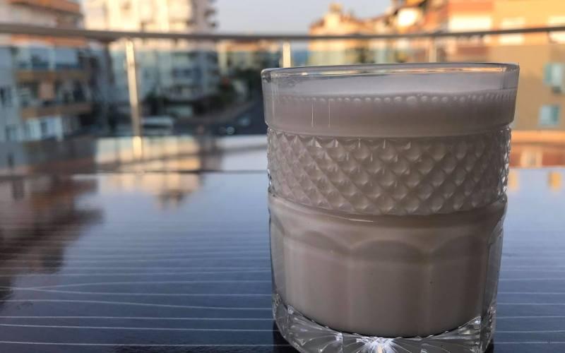 hjemmelavet ayran, tyrkisk yoghurtdrik, tyrkisk yoghurt, hvordan laver man ayran, hvad består ayran af, hvad er ayran, tyrkiske drikke, nem tyrkisk drik, salt yoghurtdrik, tyrkiske opskrifter, tyrkiske madopskrifter, alanya madblogger, dansk i tyrkiet, ayran opskrift, opskrift på ayran
