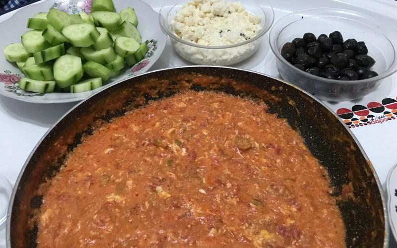 Menemen uden løg opskrift, menemen opskrift, hvad er tyrkisk menemen, menemen tyrkisk morgenmad, tyrkiske opskrifter, nemme tyrkiske retter, nem tyrkisk mad, tyrkisk omelet med tomat,