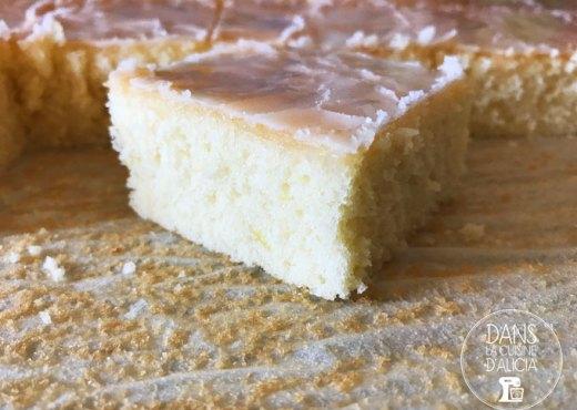 Morceau de gâteau au citron et son glaçage